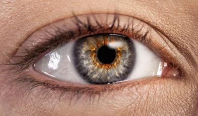 Kobiece oko z bliska