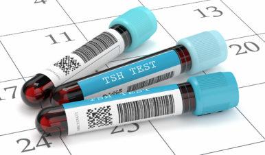 trzy próbówki z napisem TSH test leżące na kalendarzu