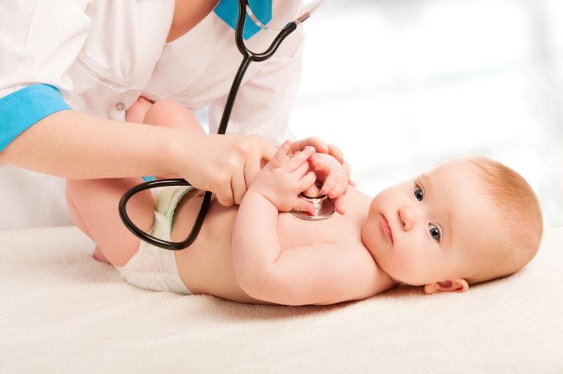 Badanie stetoskopem niemowlaka