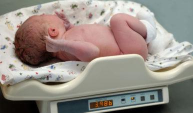 Utrata wagi noworodka po urodzeniu – ile i dlaczego waga noworodków spada?