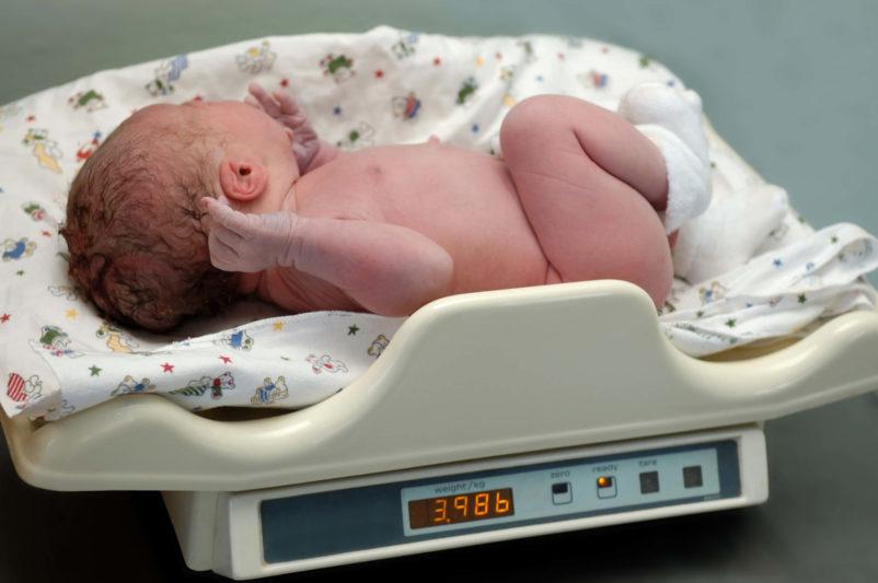 Utrata wagi noworodka po urodzeniu – ile idlaczego waga noworodków spada?