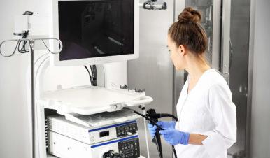 Lekarz przy urządzeniu do kolonoskopii