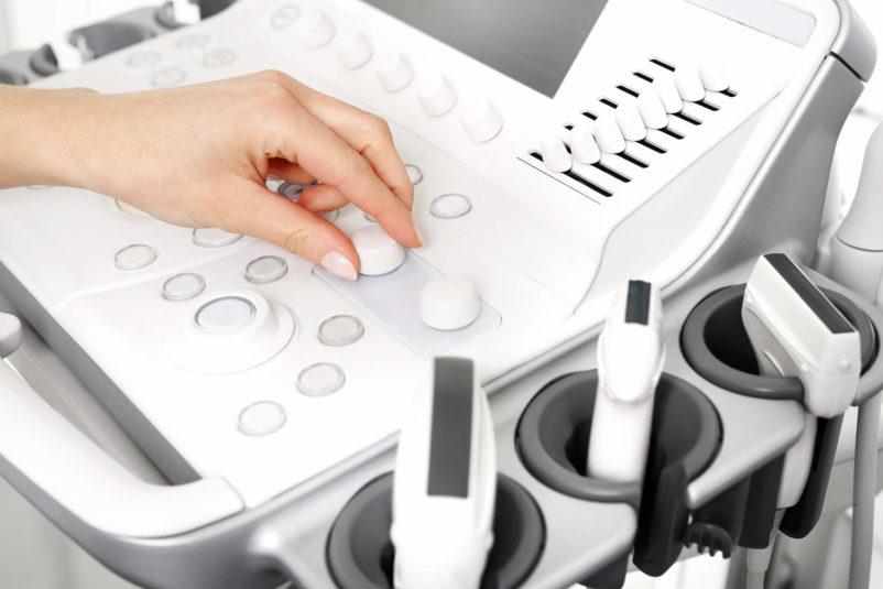 białe urządzenie do USG podczas ustawiania przed badaniem